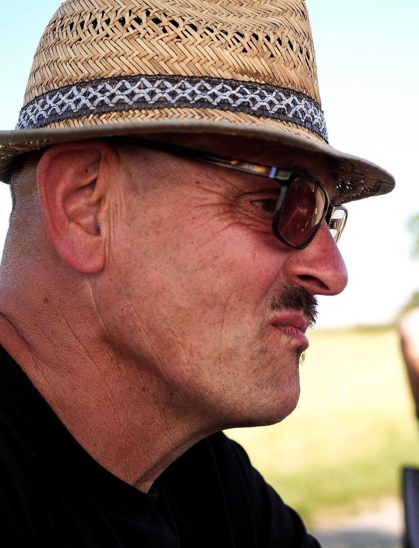 Jürgen Muley mit Strohhut und Sonnenbrille