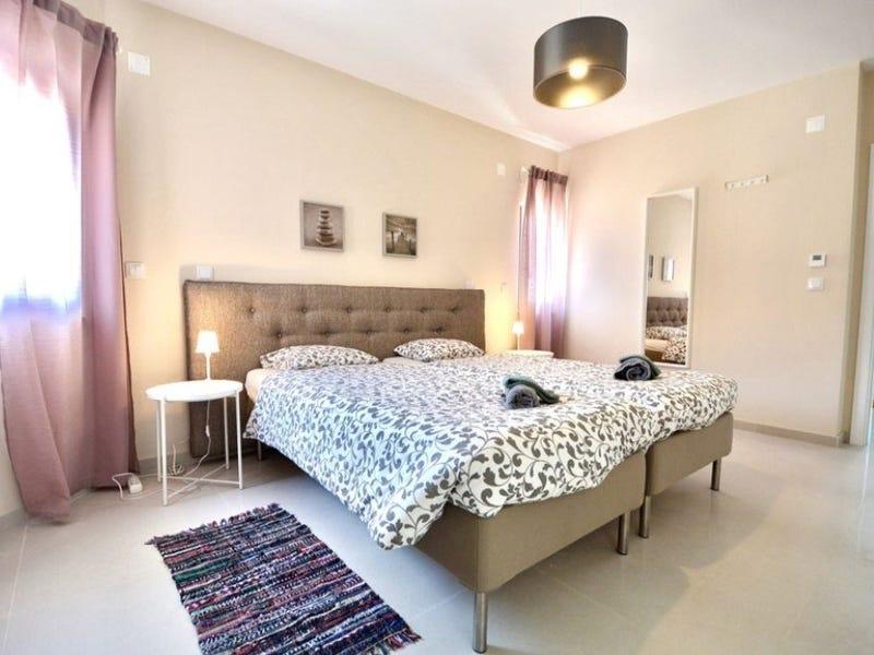 Angenehmes Ambiente mit Doppelbett und schönen rose Vorhängen
